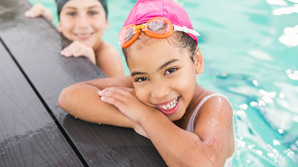 Wellspect Navina Smiling girls at swimming pool
